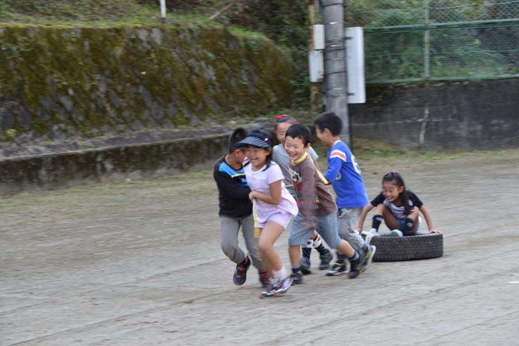 大人を疲労させるタイヤも、子どもたちにかかれば遊び道具。そういえば私たちも昔はこんなことやりましたよね?