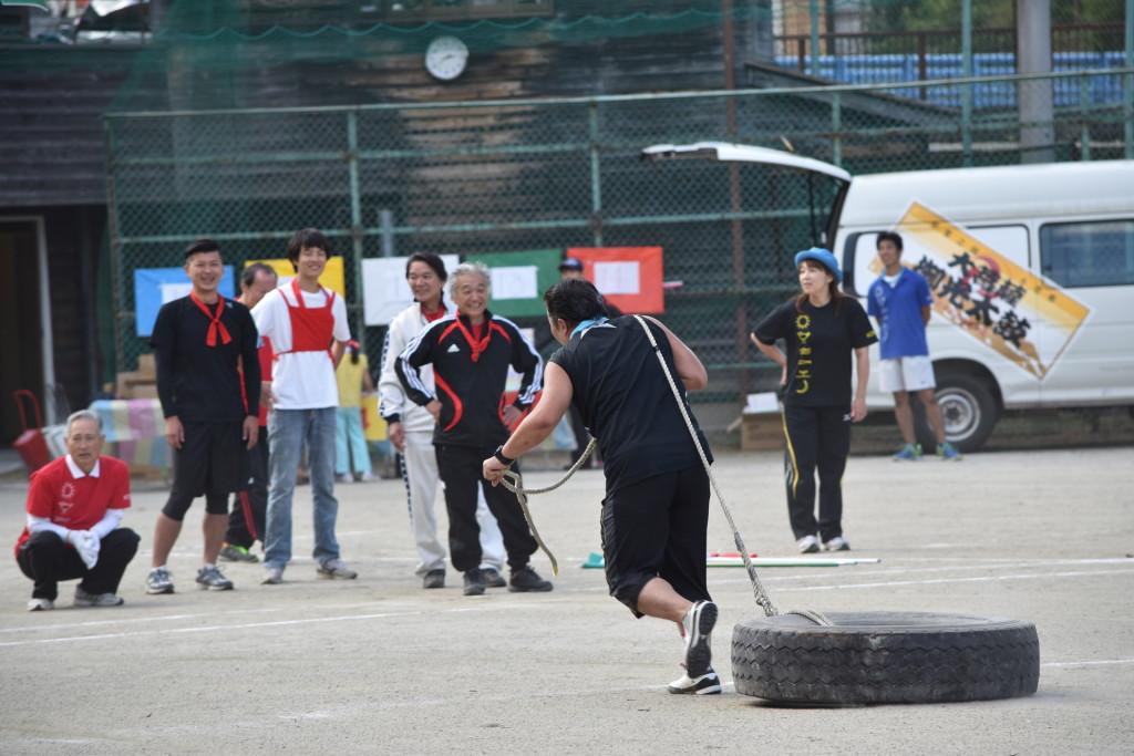 村民体育祭名物のタイヤ引き。参加者はみんな翌日身体が痛いと言っています。