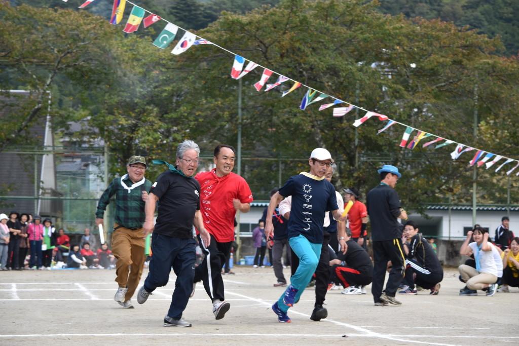 最終競技のリレーは、みんな本気。村長さんも全力で走っております。