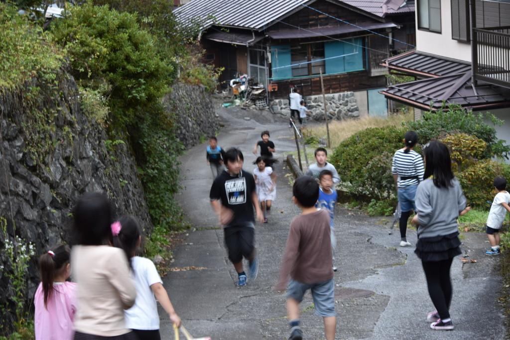 体育祭終わっても、外で走り回っている子どもたち。どうしてあんなに元気なんでしょ?(笑)